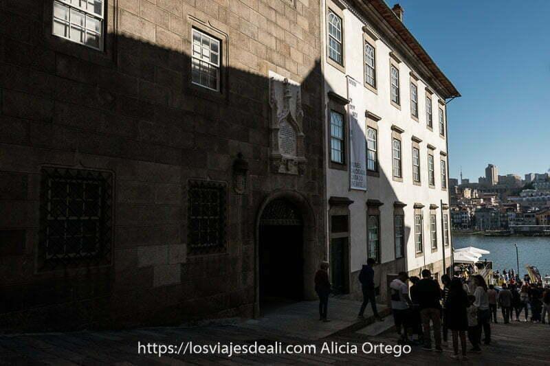 calle que baja en cuesta hacia el río y a la izquierda facha de palacio de piedra de la casa do infante