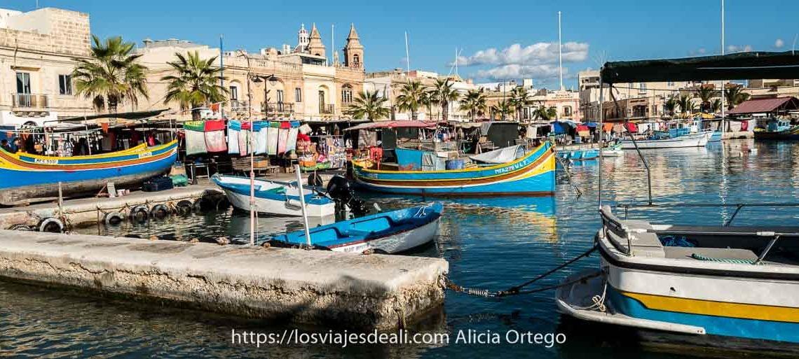 puerto de Marksaxlokk con sus barcas de colores y las torres de la iglesia al fondo