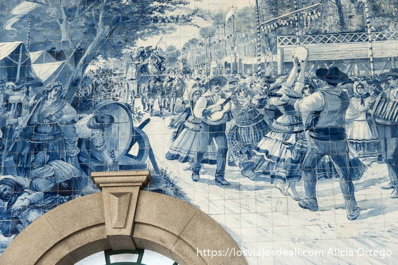 escena de feria con gente bailando tocando la guitarra y pandereta y banderines colgados en los azulejos de la estación de são bento