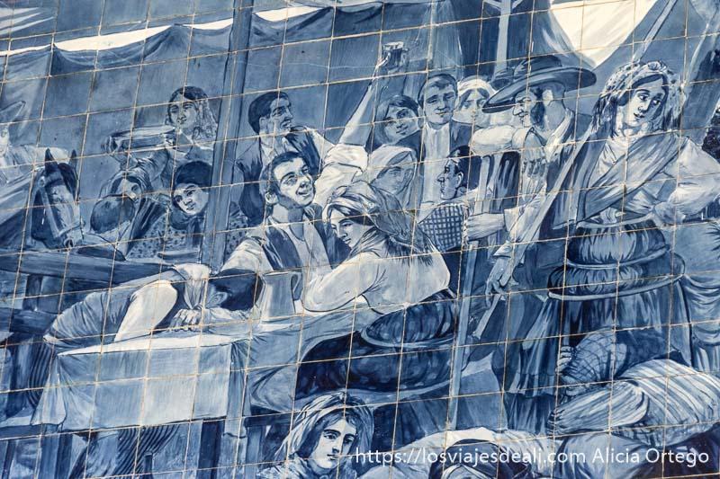 escena de fiesta con hombres y mujeres sentados a las mesas con jarras en azulejos de colores azules