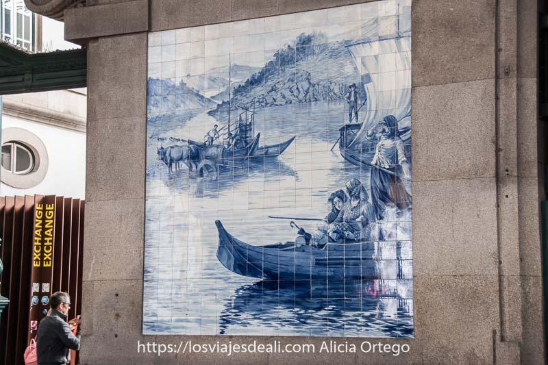 azulejos de la estación de são bento con unas barcas navegando en el río duero con tres mujeres con pañuelo en la cabeza