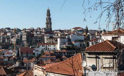 panorámica de tejados de Oporto con la torre dos clérigos al fondo